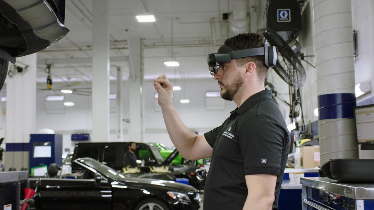 Mercedes-Benz technicians in the US will now use Microsoft HoloLens 2 and Augmented Reality to fix cars